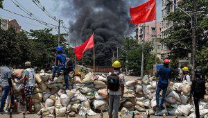 Myanmar'da darbe karşıtlarından gözaltındaki protestoculara destek için 'mavi tişört' eylemi